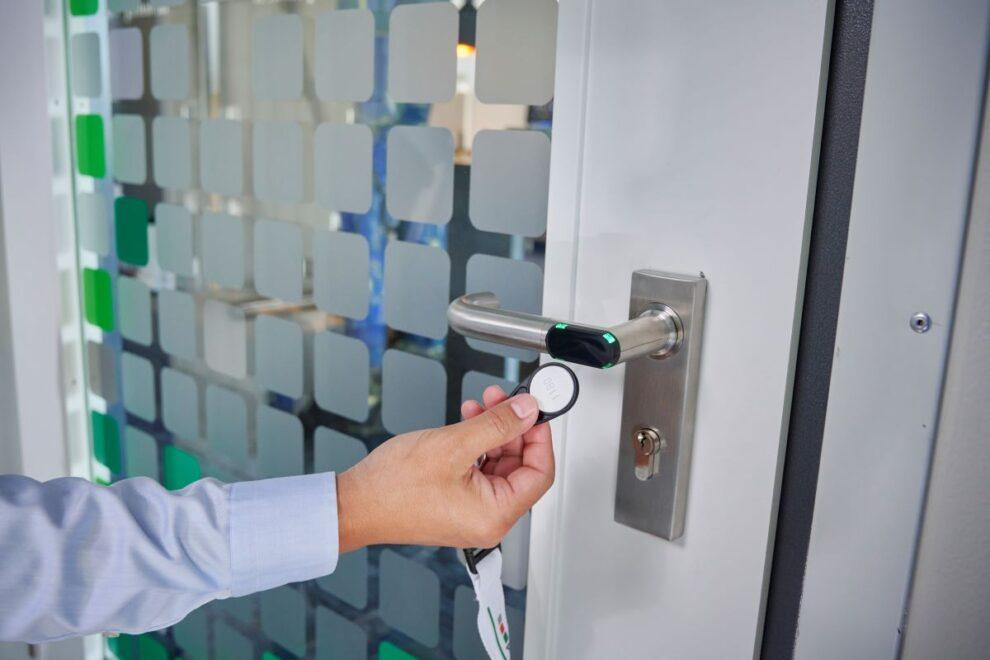 pKT – prime KeyTechnology ist die intelligente Zugangskontrolle für das nachträgliche Sichern einzelner Türen in einem Gebäude durch Offline-Komponenten wie Türbeschläge oder Zylinder.
